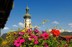 segara_PR_Agentur_München_Tourismus_Gut_Steinbach_Kirche_mit_Blumen_©Eisele_Hein_(1)