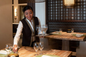 segara_PR_Agentur_München_Tourismus_The_Chedi_Al_Bait_Sharjah_Restaurant_Waitress