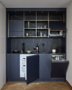 segara_PR_Agentur_München_Alex_Lake_Zürich_Room_Kitchenette_Open_Fridge
