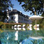 segara_PR_Agentur_München_WEISSENHAUS_Grand_Village_Resort_Spa_am_Meer_Schlosstherme_Außenpool_mit_Schloss