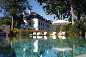 segara_PR_Agentur_München_Tourismus_WEISSENHAUS_Grand_Village_Resort_Spa_am_Meer_Schlosstherme_Außenpool_mit_Schloss