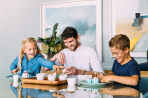 segara_PR_Agentur_München_Ellerman_House_Villa_One_Lifestyle_Friends_baking_with_kids