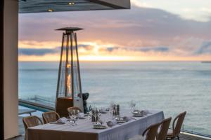 Ellerman_House_Villa_One_Lifestyle_Friends_dinner_terrace_sunset