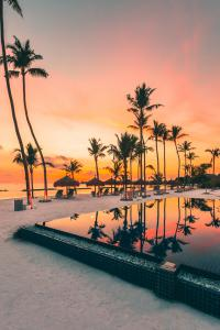 Emerald_Maldives_sunset_pool