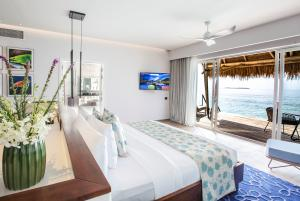 Emerald_Maldives_water_villa_bedroom-(2)