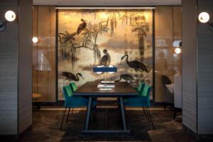 Storchen_Zürich_Lounge_Tisch_Wand_Deko