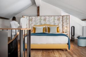 Widder_Hotel_Luxury_Residences_Schlafzimmer_Doppelbett_Dachschräge