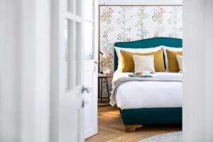 Widder_Hotel_Luxury_Residences_Schlafzimmer_Doppelbett_Türe