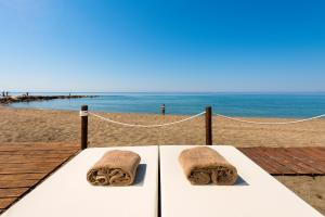 Amare Marbella Beach Beds