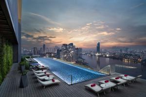 AVANI Riverside Bangkok Infinity Pool Sunrise