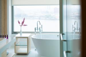 AVANI Riverside Bangkok Junior Suite Bathroom