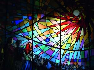 Bayerisches Pilgerbüro Fátima Kirchenfenster mit den Seherkindern von Aljustrel Copyright bp-Archiv