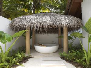 Fairmont Maldives Sirru Fen Fushi Beach Villa Deluxe Bathroom