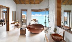 Fairmont Maldives Sirru Fen Fushi Water Villa Premium Bathroom