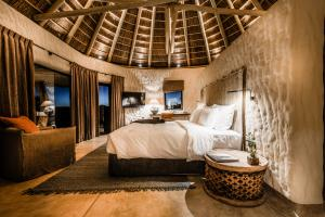 Omaanda Hut Bedroom Evening © Zannier Hotels